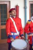 Junger Schlagzeugermann führen eine Trommel im Bahnhof Peschawar durch Stockfotografie