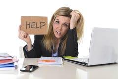 Junger schöner Geschäftsfrau-Leidendruck, der im Büro bittet um die Hilfe glaubt ermüdet arbeitet Lizenzfreies Stockfoto