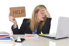 Junger schöner Geschäftsfrau-Leidendruck, der im Büro bittet um die Hilfe glaubt ermüdet arbeitet Stockbilder