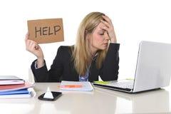 Junger schöner Geschäftsfrau-Leidendruck, der im Büro bittet um die Hilfe glaubt ermüdet arbeitet Stockfotografie