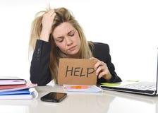 Junger schöner Geschäftsfrau-Leidendruck, der im Büro bittet um die Hilfe glaubt ermüdet arbeitet Lizenzfreie Stockfotos