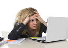 Junger schöner Geschäftsfrau-Leidendruck, der im Büro frustriert und traurig arbeitet Stockfotografie
