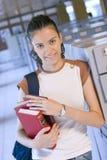 Junger schöner Kursteilnehmer in der Hochschule Lizenzfreies Stockfoto