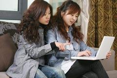 Junger schöner Mädchengebrauch-PC Lizenzfreies Stockbild