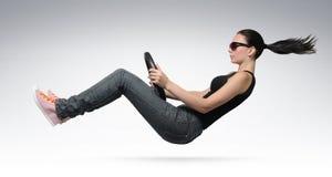 Junger schöner Mädchentreiber mit einem Rad Lizenzfreie Stockfotografie