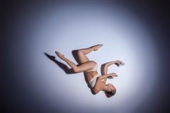 Junger schöner Tänzer im beige Badebekleidungstanzen Lizenzfreie Stockfotos