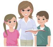 Junger Schullehrer und glückliche Schüler Stockfotos