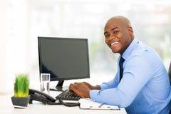 Junger schwarzer Geschäftsmann lizenzfreie stockfotos