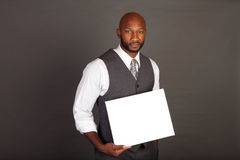 Junger schwarzer Geschäftsmann mit Karte Stockfotografie
