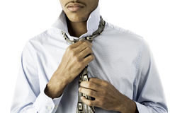 Junger schwarzer Mann, der eine Gleichheit bindet lizenzfreie stockfotografie