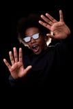 Junger schwarzer Mann, der einen Film 3D überwacht Stockbild