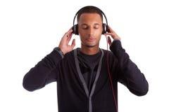 Junger schwarzer Mann, der Musik hört Stockfotografie