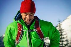 Junger schwarzer Mann im Winter Stockbilder