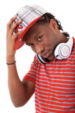 Junger schwarzer Mann mit Kopfhörern stockfotos