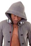 Junger schwarzer Mann mit Kopfhörern lizenzfreie stockfotos