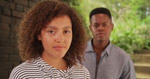 Junger schwarzer Mann und Frau werfen für ein Bild nahe einer Backsteinmauer auf Lizenzfreie Stockfotografie