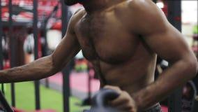 Junger schwarzer Mann während der Übung auf elliptischem Trainer stock video footage