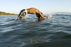 Junger Schwimmer stockbild