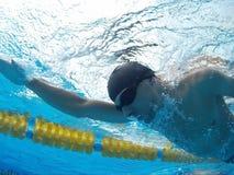 Junger Schwimmer im Pool Lizenzfreies Stockfoto