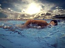 Junger Schwimmer im Pool Stockfoto