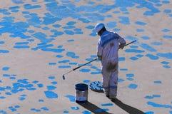 Junger Seaman Painting His Ship Stockfoto