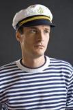 Junger Seemanmann mit weißer Schutzkappe Stockfotos