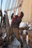 Junger Seemann bei der Arbeit Stockfoto