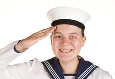 Junger Seemann, der getrennten weißen Hintergrund begrüßt Stockfoto