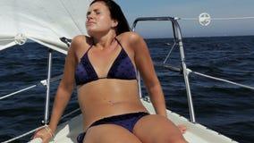 Junger Segelboot-Kapitän stock video