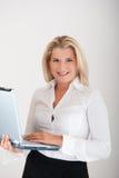 Junger Sekretär, der an Laptop arbeitet Lizenzfreies Stockfoto