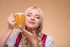 Junger sexy blonder tragender Dirndl Lizenzfreies Stockbild