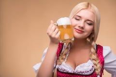 Junger sexy blonder tragender Dirndl Lizenzfreie Stockfotografie