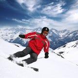 Junger Skifahrer in den hohen Bergen Stockbild