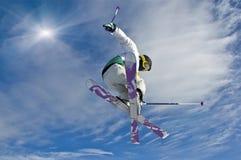 Junger Skifahrer, der #2 springt Stockbild