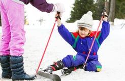 Junger Skifahrer, der Hilfe erhält Lizenzfreies Stockbild