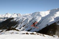 Junger Skifahrer, der hoch springt Lizenzfreie Stockfotos