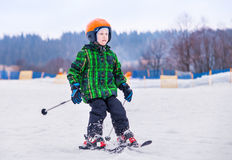 Junger Skifahrer schieben unten vom Schneehügel Lizenzfreie Stockbilder