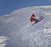Junger Skifahrer vor dem Fall Lizenzfreies Stockfoto