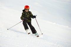 Junger Skifahrer während eines annehmbaren Stockfotos