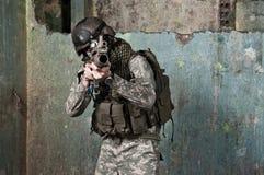 Junger Soldat auf Patrouille Stockfotos