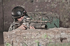 Junger Soldat hinter Hindernis Lizenzfreie Stockfotos
