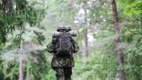 Junger Soldat mit Rucksack im Wald