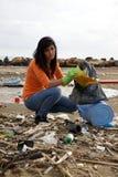 Junger Sozialarbeiter, der schmutzigen Strand säubert Lizenzfreie Stockbilder