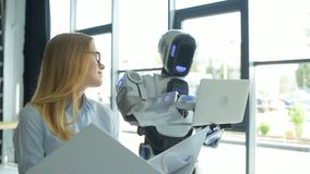 Junger Spezialist, der mit Roboter im Büro arbeitet stock footage