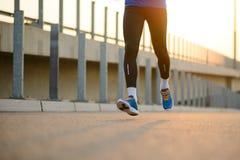 Junger Sport bemannt das Laufen bei Sonnenuntergang Gesunder Lebensstil und Sportkonzept lizenzfreie stockfotografie