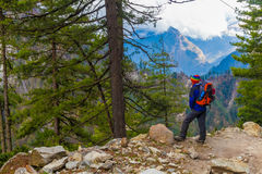 Junger Sport-Mann-tragende Jacken-Weitwanderweg-Berge Gebirgstrekking schaukelt Weg-Landschaftsschöne Ansicht-Hintergrund Lizenzfreies Stockfoto