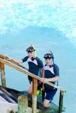 Junger Sport Mann und Junge-Jugendlicher mit Flippern, m lizenzfreie stockbilder