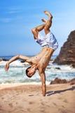 Junger Sportler auf Strand Stockfoto