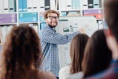 Junger Sprecher, der ein Geschäftsprojekt darstellt lizenzfreie stockbilder