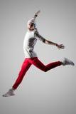 Junger springender und schreiender Mann stockbilder